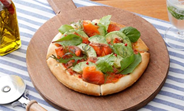 サーモンとアボカドのピザ